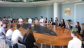 Schülerinnen und Schüler der 10. Klassen im Kabinettssaal. Foto: Wabra