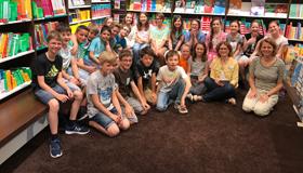 Die Klasse 5b mit Buchhändlerin Maria Rupprecht und Deutschlehrerin Simone Peter (Foto: Wild)