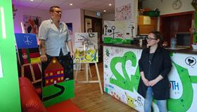 Kunst als Brücke: Ein gemeinsames Malprojekt von AGW-Schülern mit zugewanderten Jugendlichen