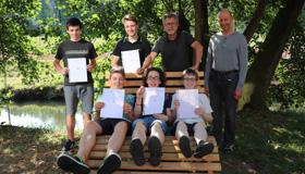 Die erfolgreichen AGW-Frühstudenten mit OStD Helmut Matejka und dem betreuenden Lehrer StD Klaus Märker
